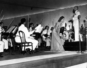 Jeanette MacDonald with Dimitri Mitropoulos and the Philadelphia Orchestra at Robin Hood Dell (July 20, 1945). Courtesy James Dixon. Oliver Daniel research collection on Dimitri Mitropoulos.